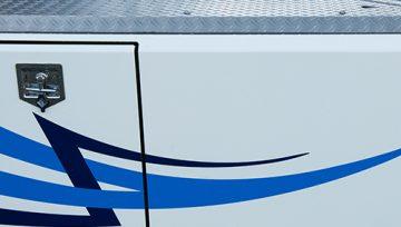 Met onze zelf ontwikkelde vlonders en sideskirts beschermt u het chassis van uw truck, maakt u uw truck aerodynamisch en is het brandstofverbruik lager.